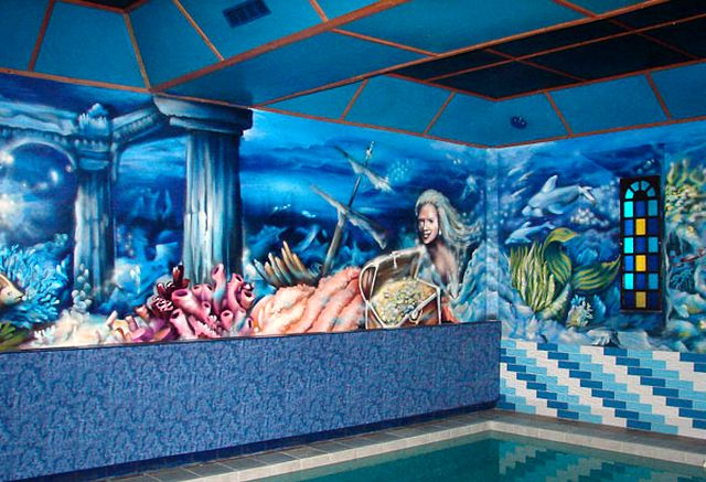 граффити в интерьере бассейна