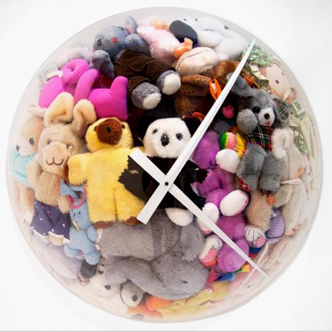 настенные часы из мягких игрушек