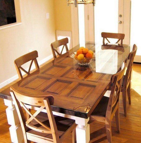 большой обеденный стол из старой двери
