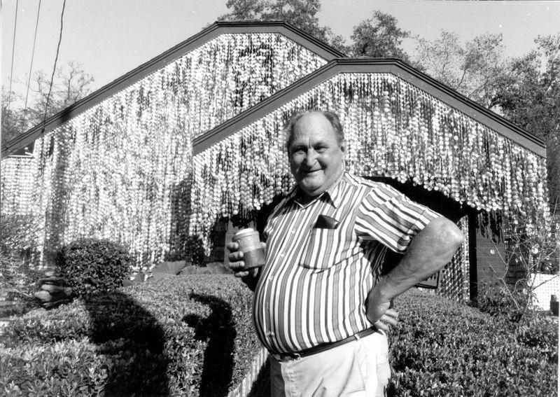 Джон Милкович - создатель дома из пивных банок