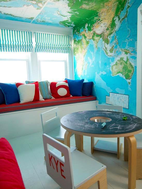 географические карты на стене и потолке в детской