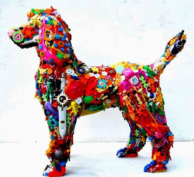 скульптура из игрушек и пластиковых деталей robert bradford