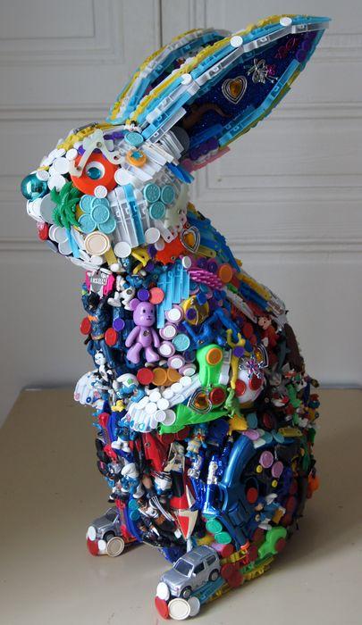 заяц - скульптуры из игрушек и хлама
