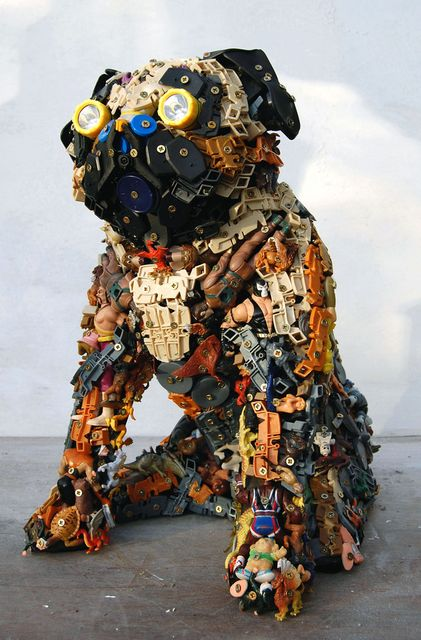 мопс - скульптуры из игрушек и хлама