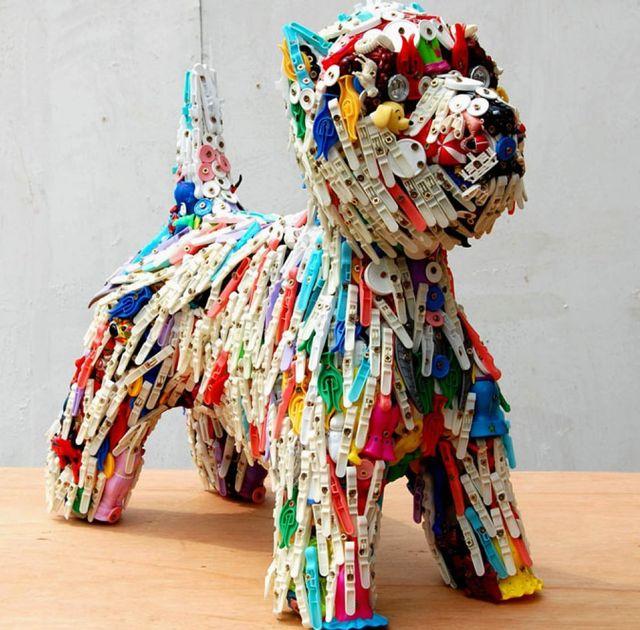 собака - скульптура из игрушек и прищепок
