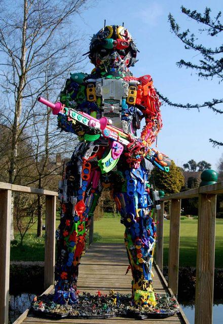 робот - скульптура из игрушек и хлама