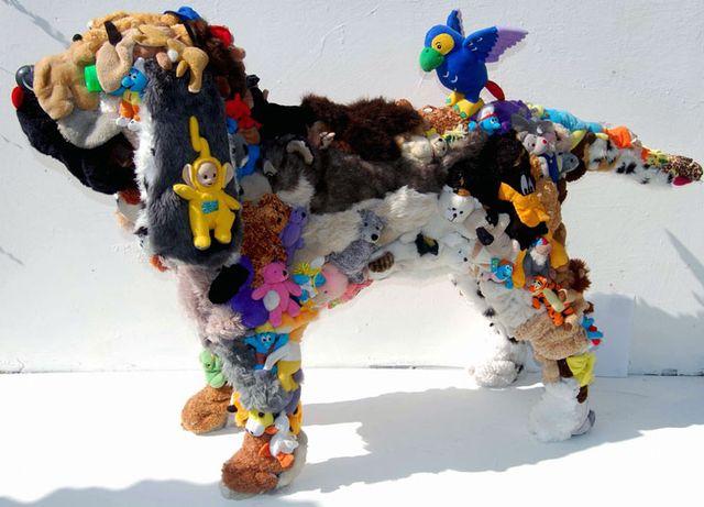 собака - скульптура из мягких игрушек