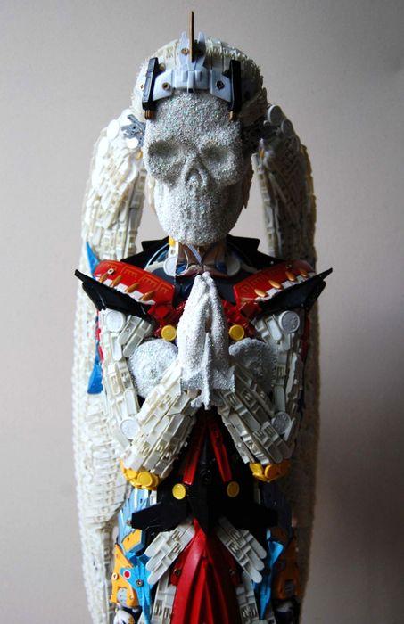 ангел смерти - скульптуры из игрушек и хлама