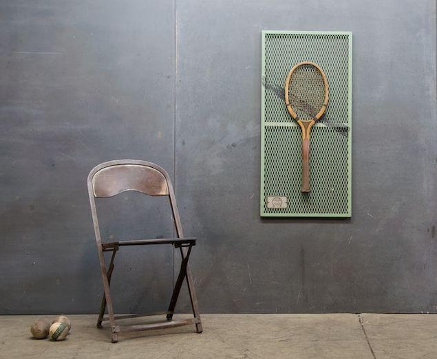 старая теннисная ракетка как декор стены