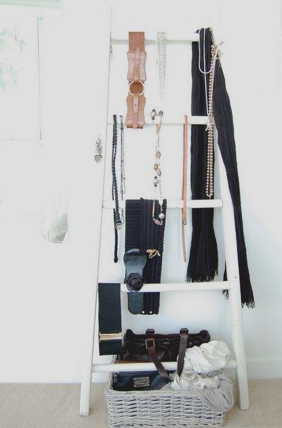 стремянка в интерьере как вешалка для одежды