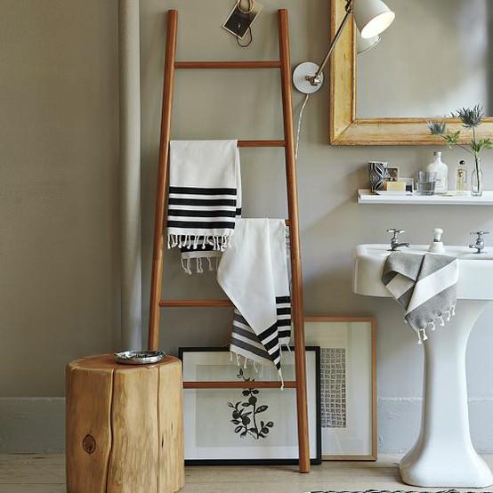 лестница - стремянка в интерьере ванной как вешалка для полотенец