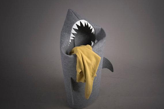 корзина для белья в ванную в виде тканевой акулы