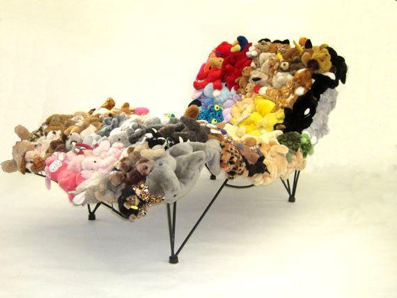 разноцветный диван из мягких игрушек