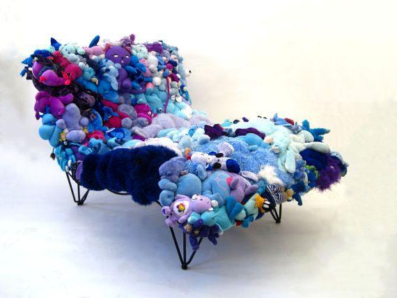 диван из мягких игрушек в голубых тонах