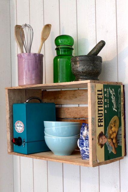 полка на кухню из деревянного ящика