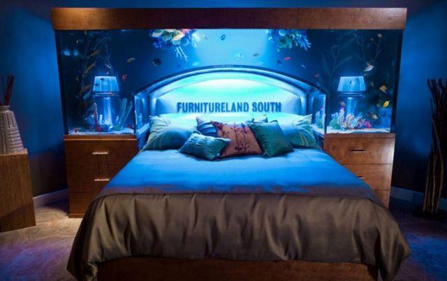 кровать - аквариум в спальне