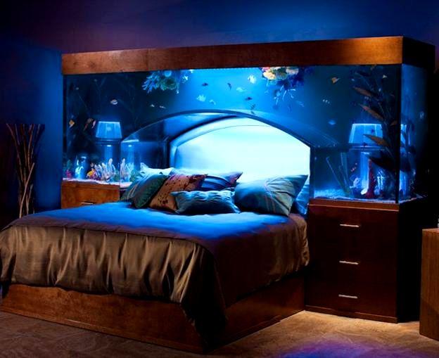 аквариум в спальне в изголовье кровати