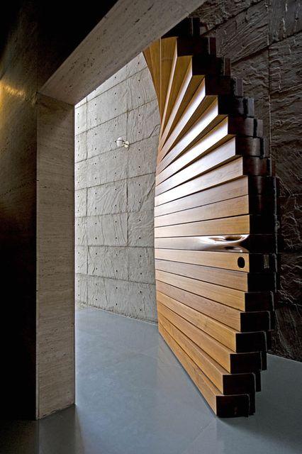 дверь из брусков на шарнирах