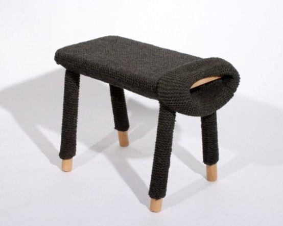 связанный на табуретку чехол как свитер