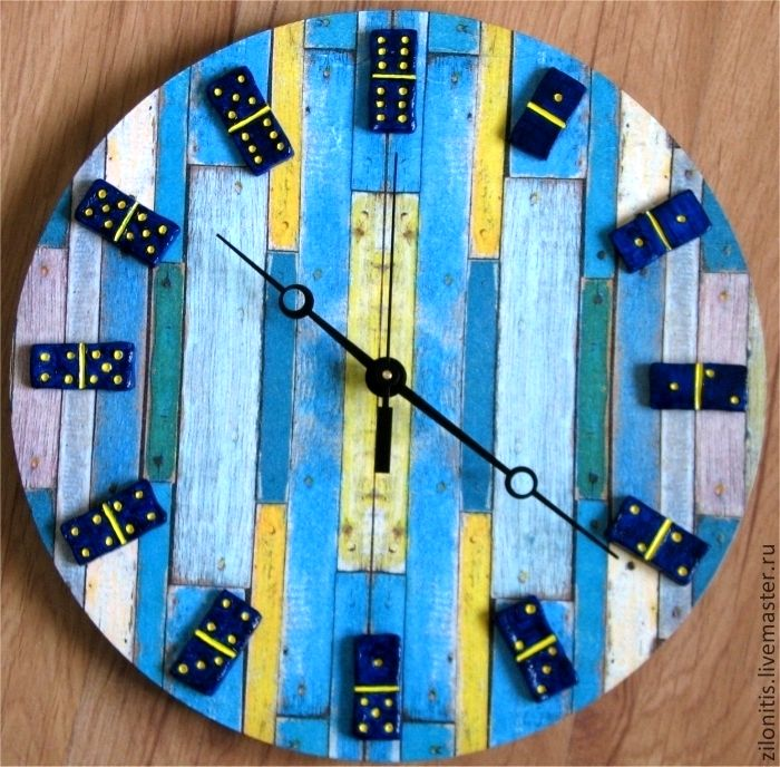 часы с костяшками домино