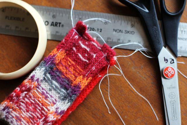 вязаные браслеты из старых свитеров