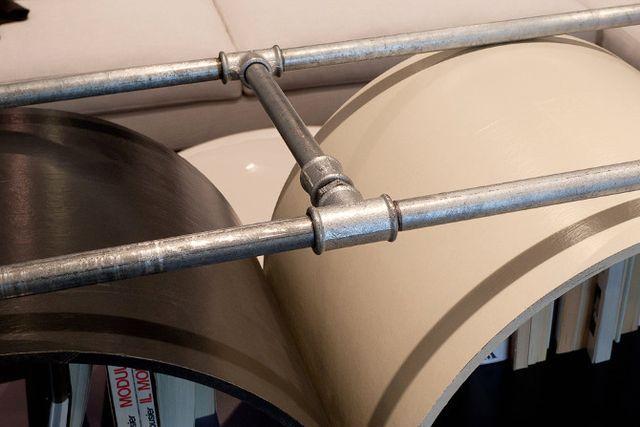 водопроводные трубы в мебели