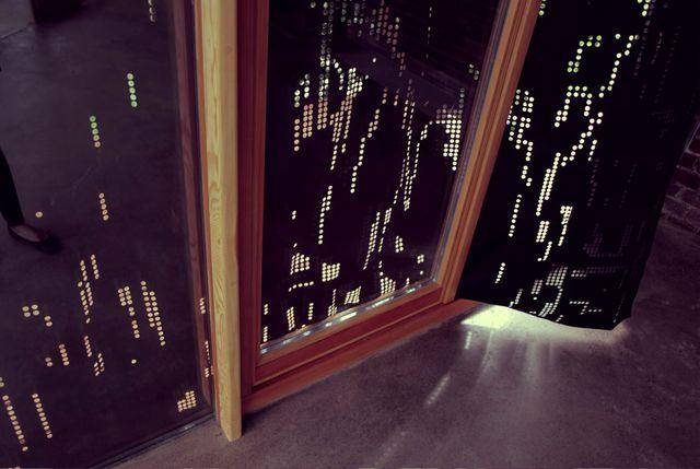 черные перфорированные шторы