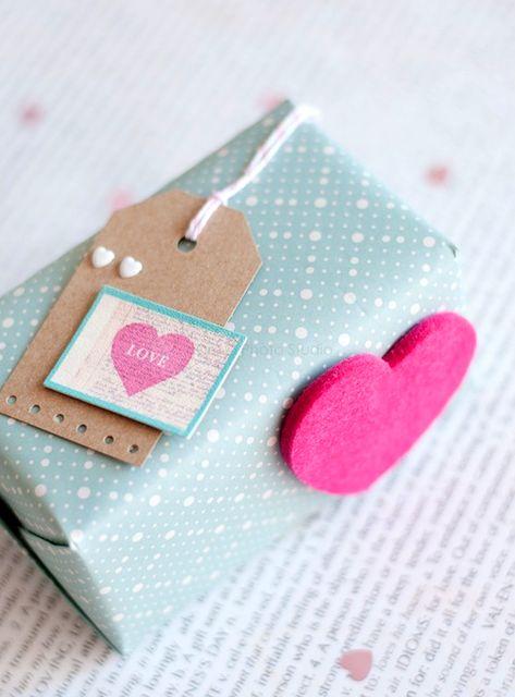 оформление подарков фетровыми сердечками