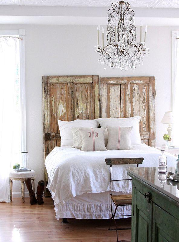 изголовье кровати из двух старых дверей