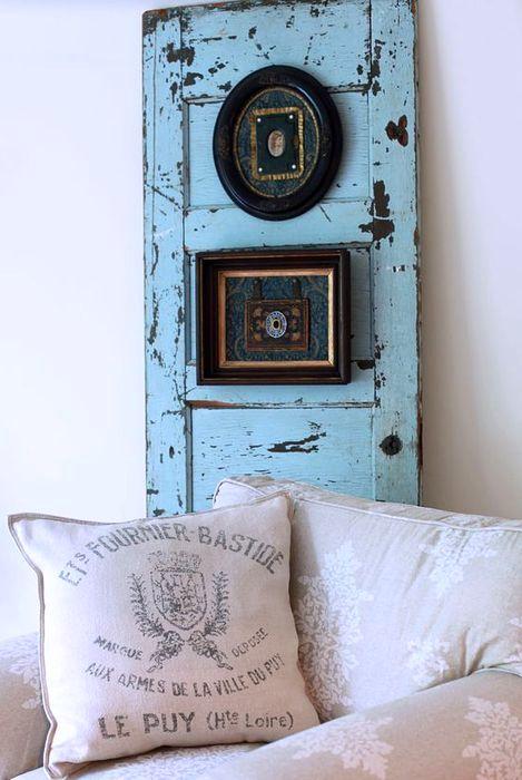 старая дверь как рама для картин