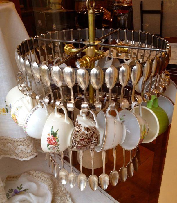 Люстра из ложек, посуды и столовых приборов
