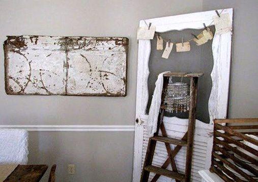 использование старой двери как рамы для записок