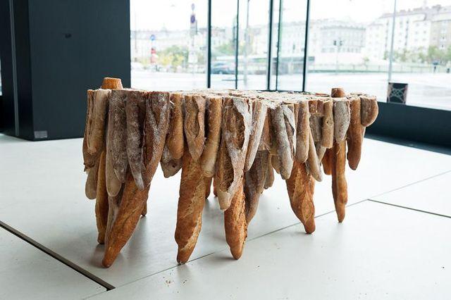 стол из хлеба зачерствевшего