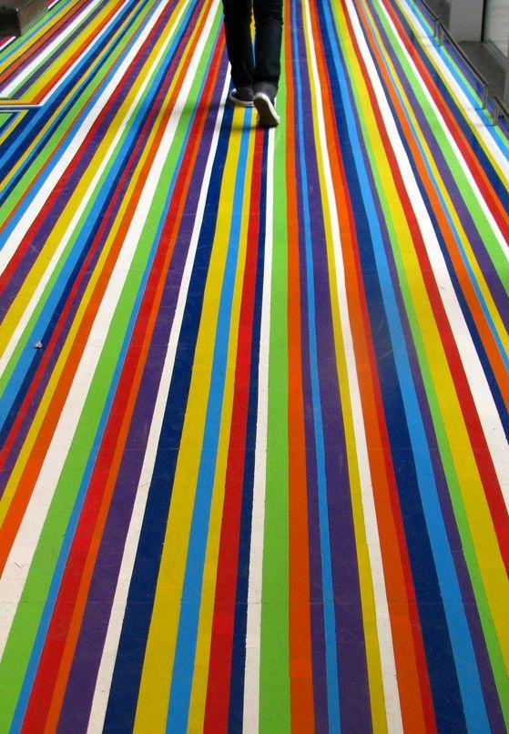 полосатый декор пола виниловыми лентами от Jim Lambie