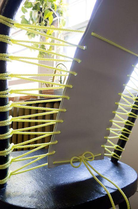 реставрация старого стула с помощью веревки, кожи или ткани