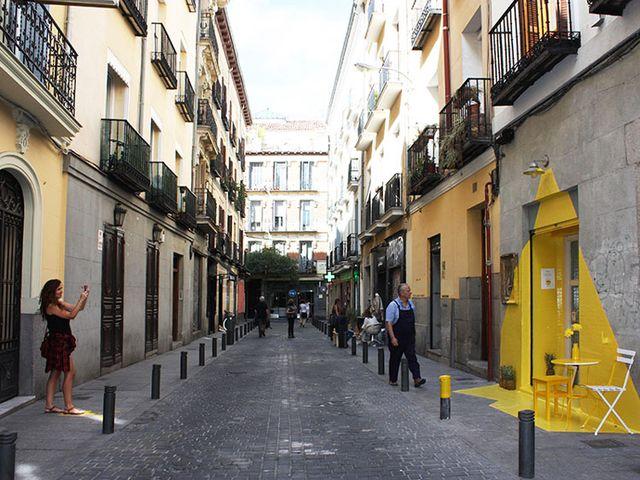 декор фасада в желтом