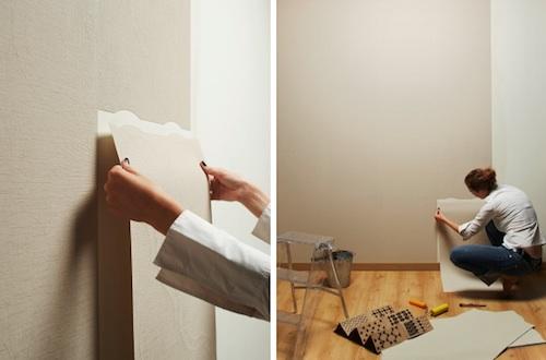 процесс оклеивания стен самоклеющимися обоями