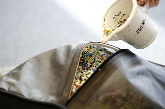 мягкие пластиковые пуфы с наполнителем из пластиковых крышечек
