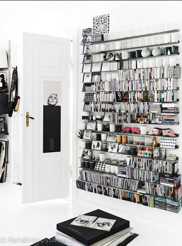 стеллаж в черно-белой студии художницы Tenka Gammelgaard