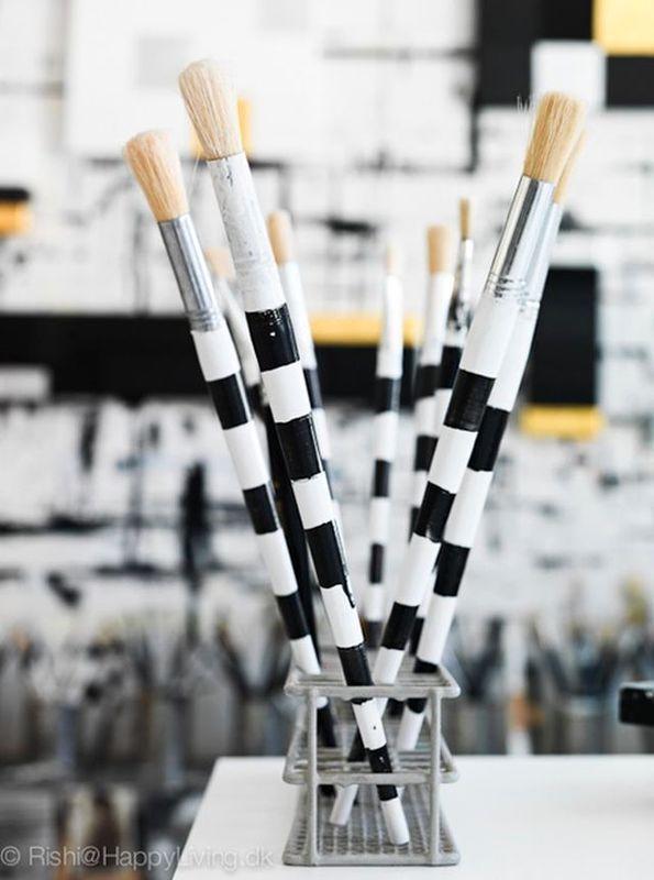 черно-белый кисточи в студии художницы Tenka Gammelgaard