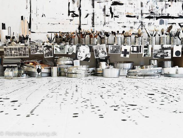 черно-белый дизайн студии художницы