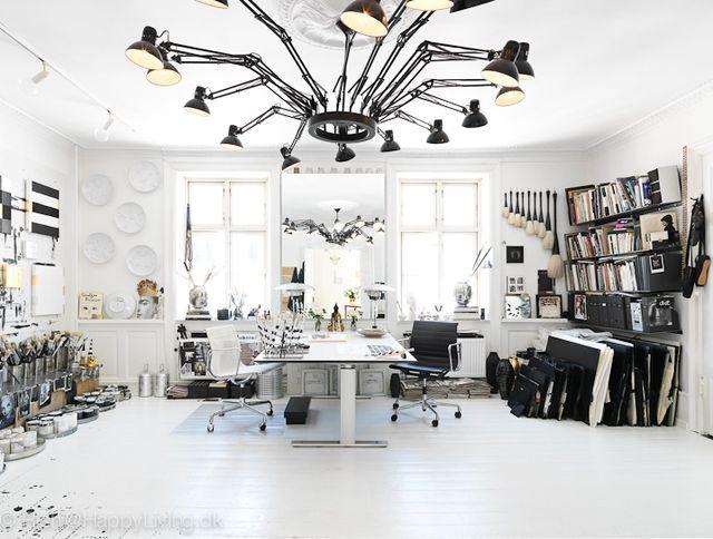 черно-белый интерьер художественной студии Tenka Gammelgaard