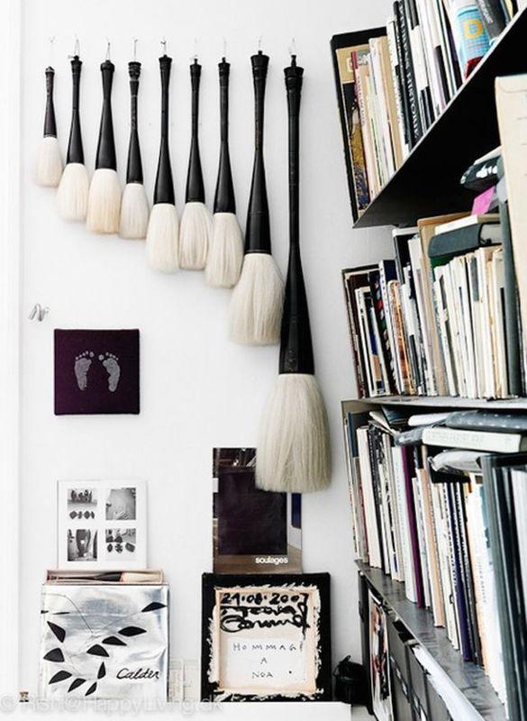кисти в черно-белом интерьере студии художницы
