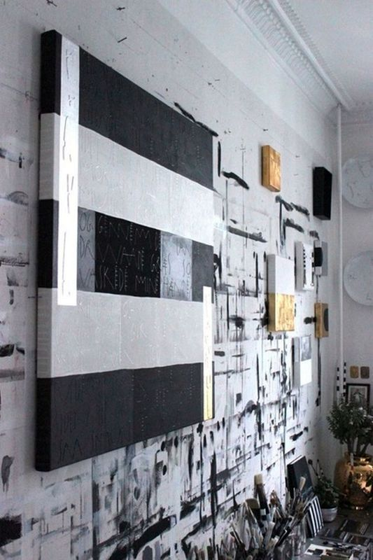 стена в монохромном интерьере студии Tenka Gammelgaard
