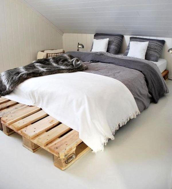 основание под матрас из поддонов деревянных с бело-серой постелью