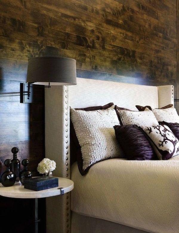 интерьер спальни с темной деревянной стеной
