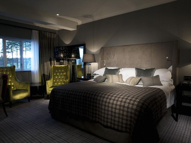 темные цвета в интерьере спальни с освещением