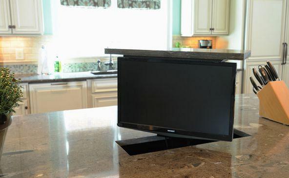 телевизор в интерьере на подъемном механизме, встроенном в кухонный стол