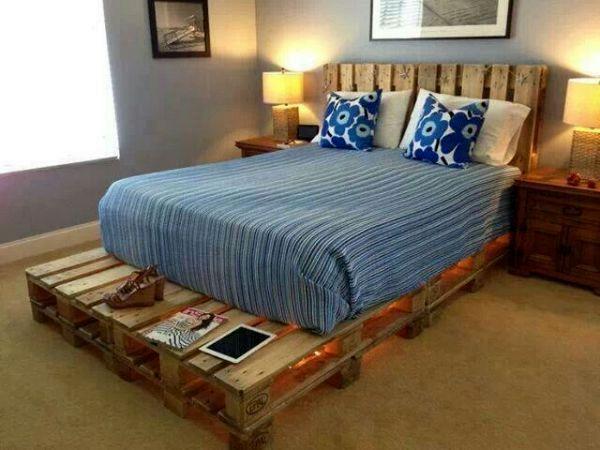 кровать своими руками из неокрашенных палет с изголовьем и столиком