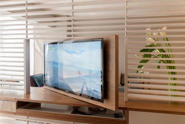 телевизор на поворотной подставке